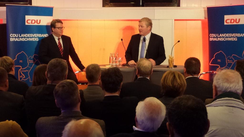Dr. Bernd Althusmann stellte sich den Fragen der Mitglieder im CDU-Haus. Carsten Müller, MdB (links) begrüßte den designierten Spitzenkandidaten sehr herzlich.