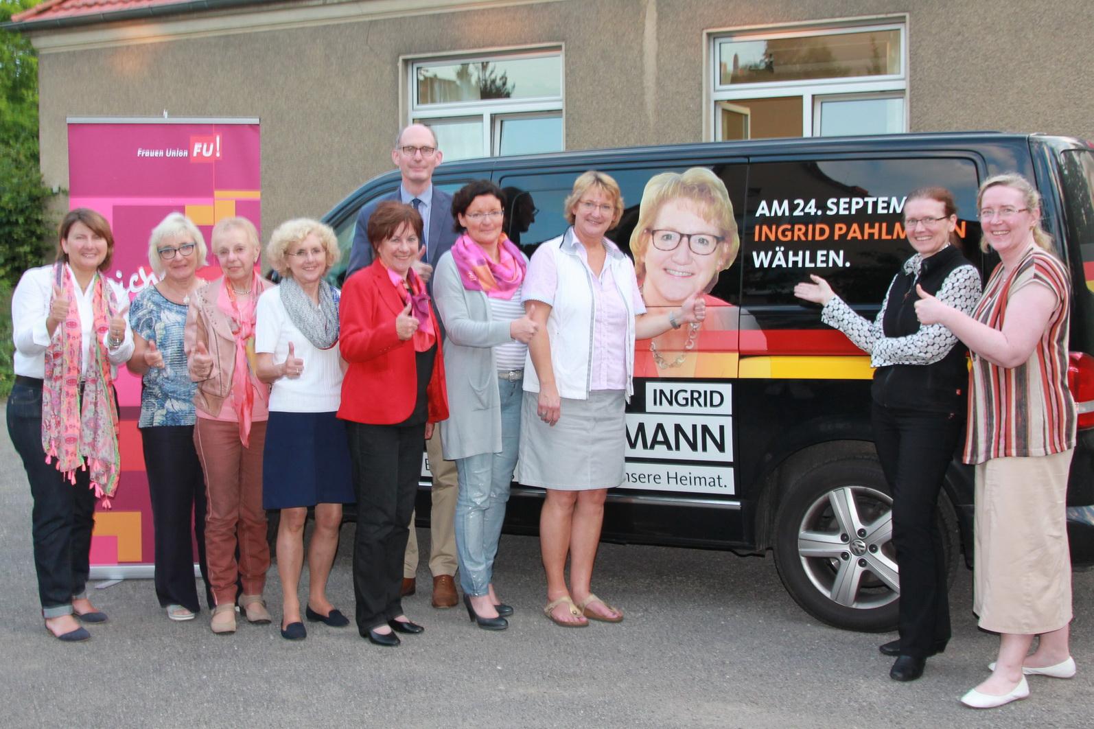 1.v.r. Ingrid Pahlmann MdB, 2.v.r. Marion Övermöhle-Mühlbach